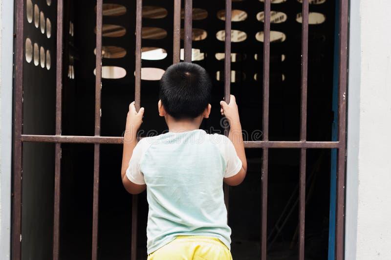 Prigione della tenuta del ragazzo fotografie stock libere da diritti
