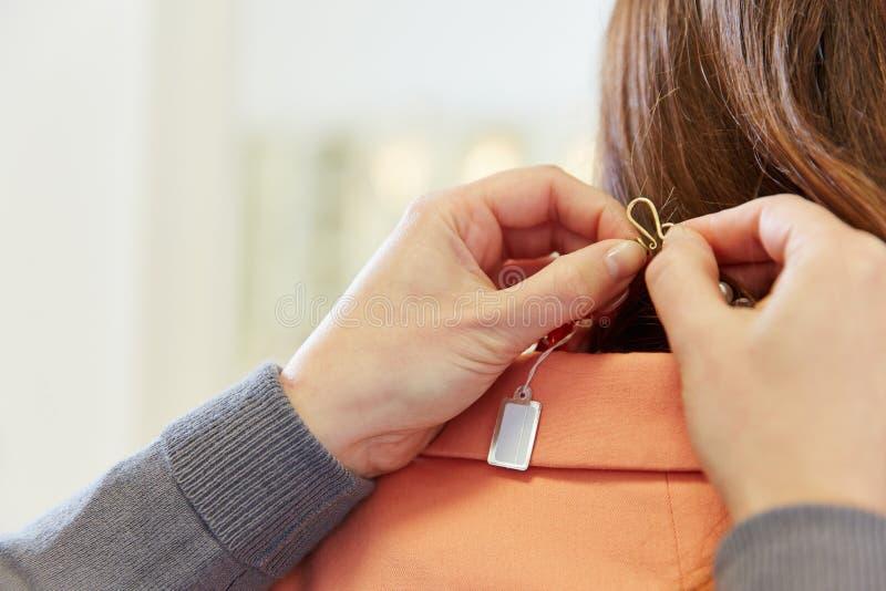 Prijskaartje op halsband in juwelen stock afbeelding