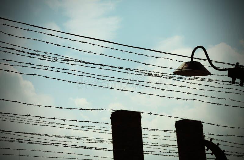 prikkeldraad om het interneringskamp af te bakenen stock foto