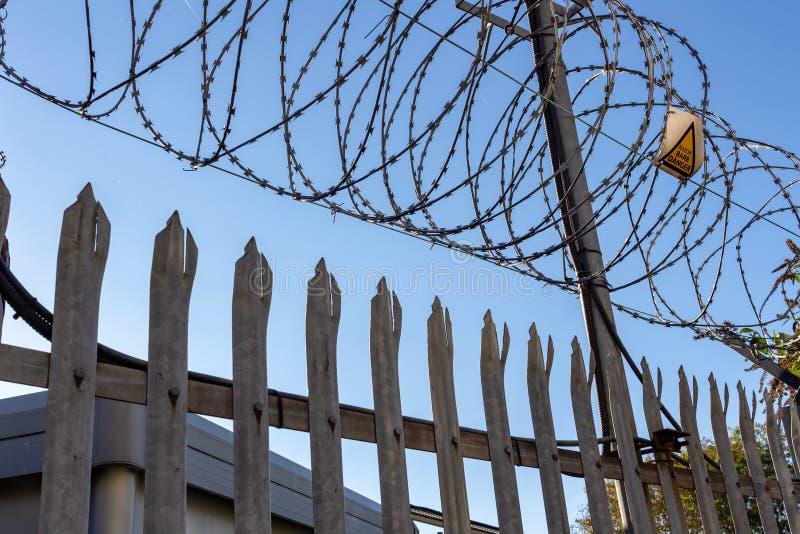 Prikkeldraad op blauwe hemelachtergrond - Verloren vrijheid en hoopconcept stock afbeelding