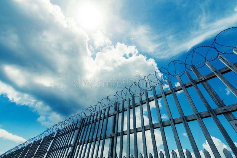Prikkeldraadomheining die een complexe gevangenis, militaire of andere hoge veiligheid omringen stock foto's