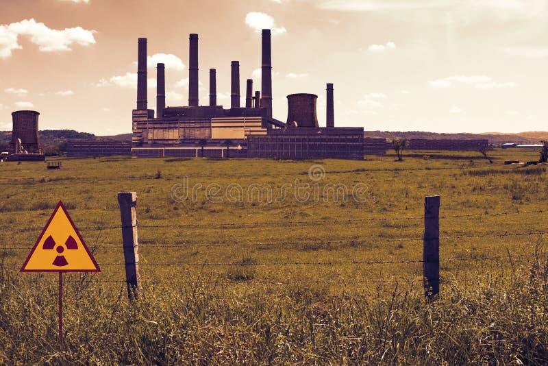 Prikkeldraadomheining en radioactief teken op het gebied van de kern chemische elektrische centrale in de atmosfeer van Tchernoby stock fotografie