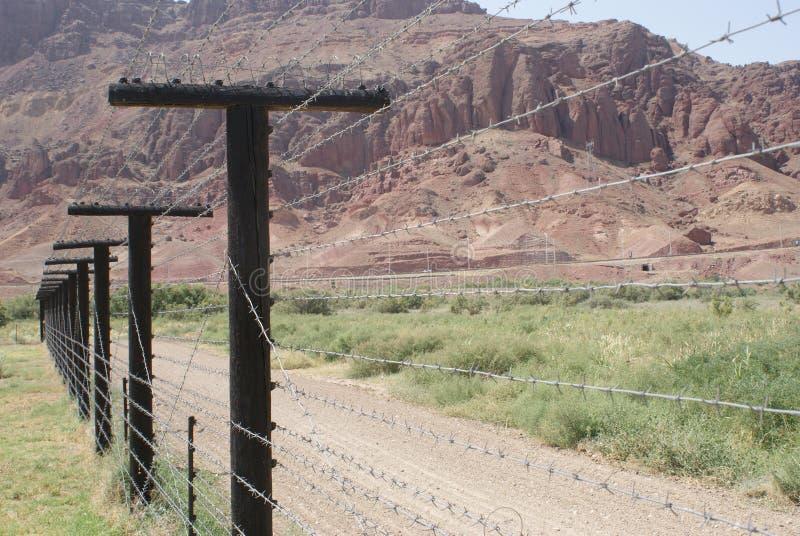 Prikkeldraadomheining op de grens tussen Iran en Nakhchivan, Azerbeidzjan stock foto