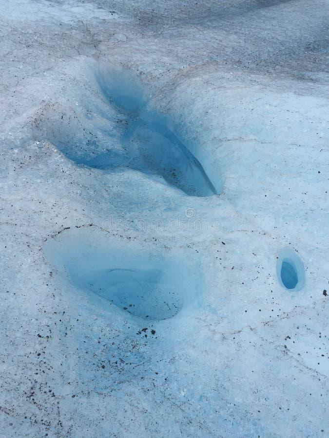 Prikken met ijzig water in gletsjer worden gevuld die stock afbeeldingen