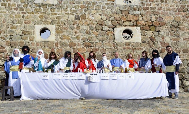 Prilep, Macedonia 18 febbraio 2018 - giovani partecipanti che perfiming parodia di ultima cena con gli apostoli e Gesù, internazi immagini stock libere da diritti