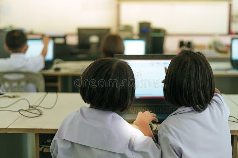 Primär studentstudie vid datoren arkivbilder