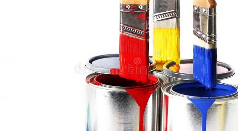 Primära färger på målarfärgborstar royaltyfri foto