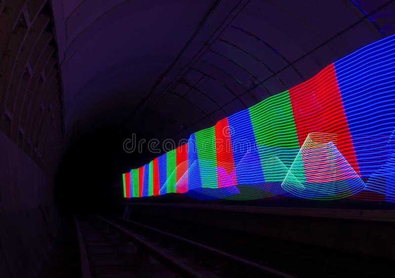 Primära kulöra LEDDE ljus som upp tänder en mörk tunnel royaltyfri foto
