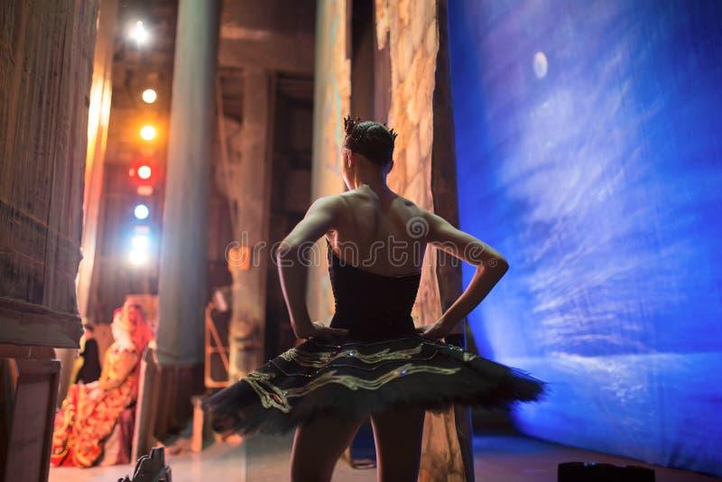 Prima ballerina som i kulisserna står royaltyfri fotografi