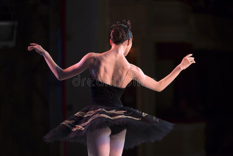 Prima-Ballerinatanzen stockfotos