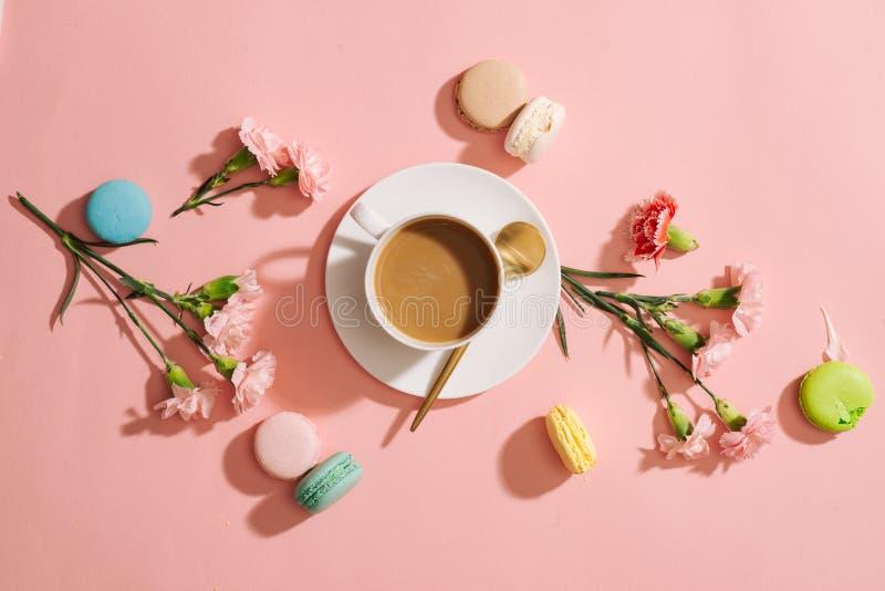 Prima colazione accogliente di mattina con i macarons o i maccheroni variopinti pastelli immagine stock libera da diritti