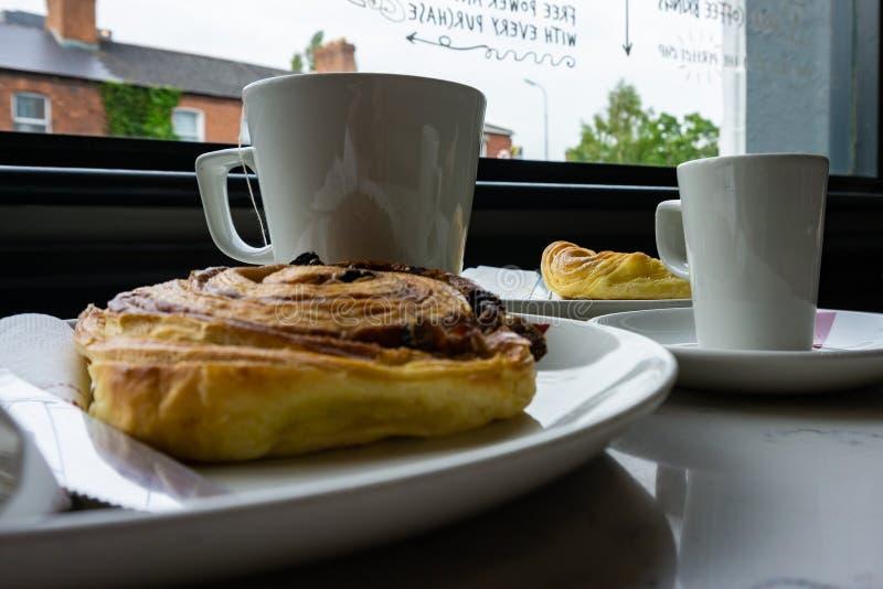 Prima colazione alla barra con t?, caff? ed il Danese immagine stock