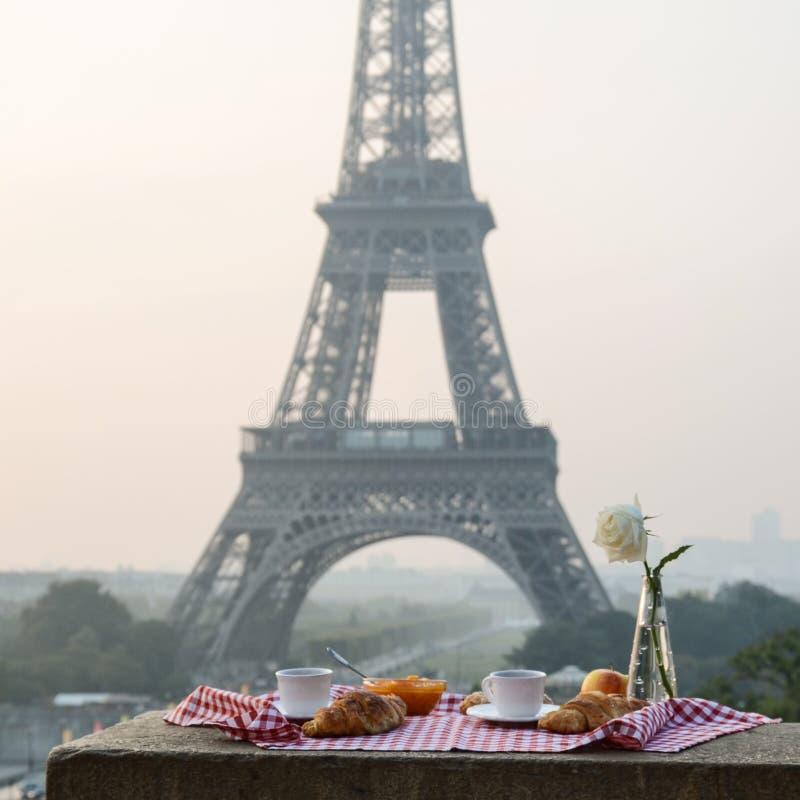 Prima colazione alla torre Eiffel immagine stock libera da diritti