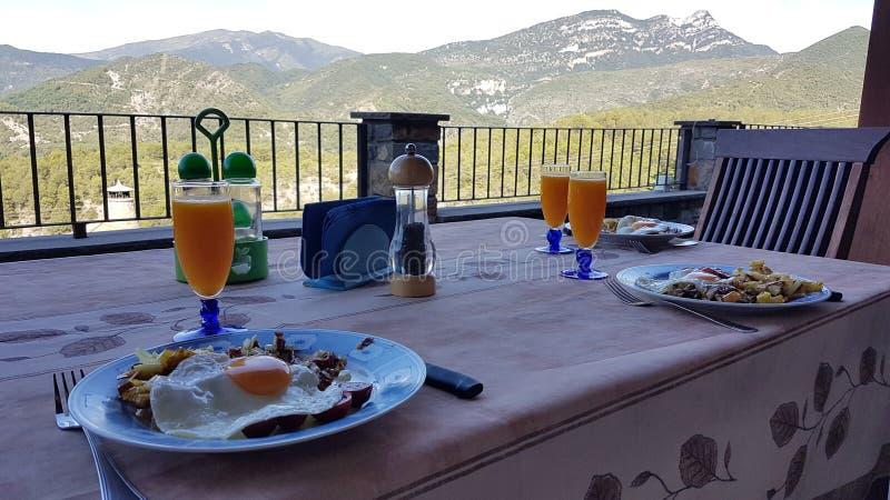 Prima colazione alle montagne immagini stock