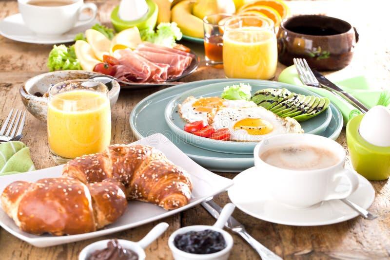 Prima colazione americana deliziosa con l'uovo fritto, avocado, juse arancio fotografia stock