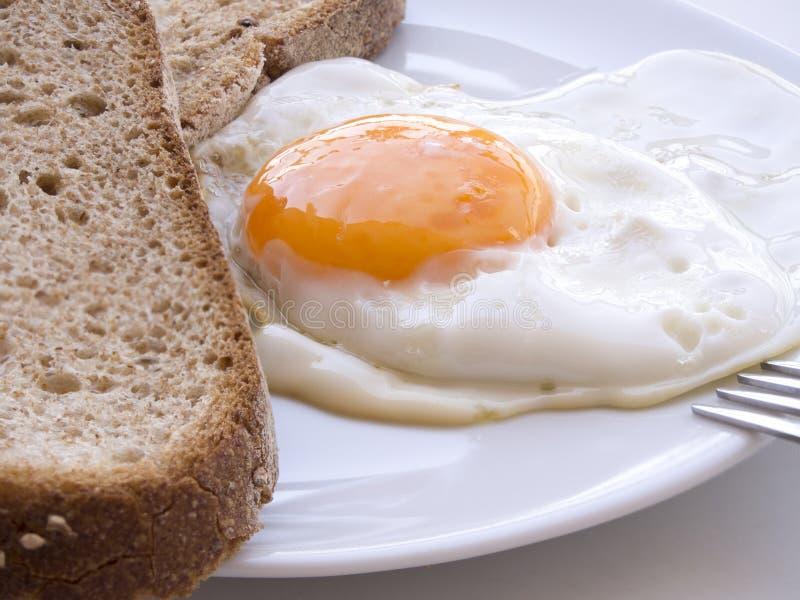 Prima colazione bianca del piatto del pane delle fette dell'uovo immagini stock libere da diritti