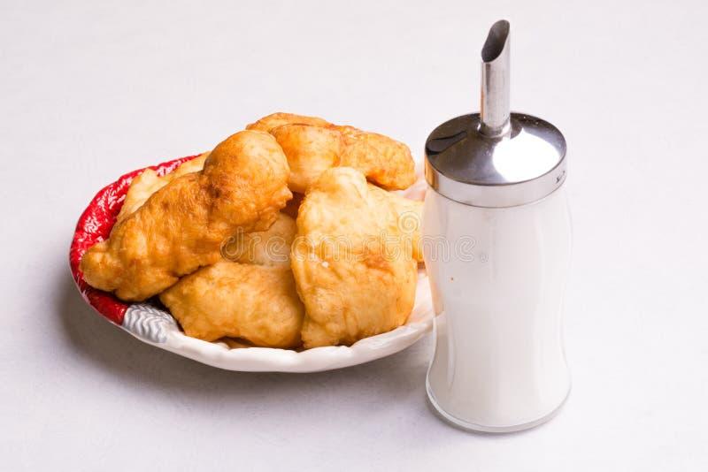 Prima colazione bulgara, pasta fritta con zucchero - Mekitsi immagini stock libere da diritti