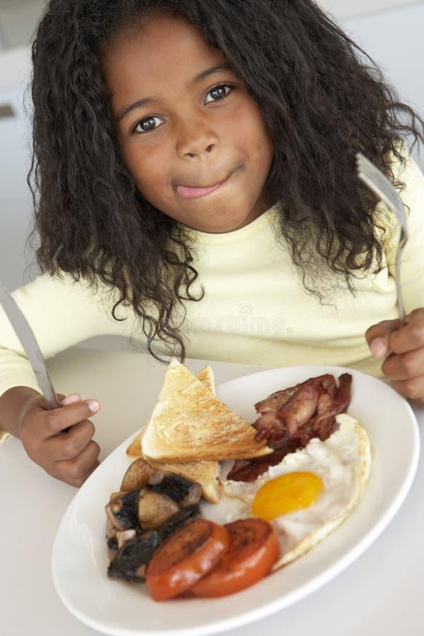 prima colazione che mangia i giovani non sani della ragazza fotografia stock