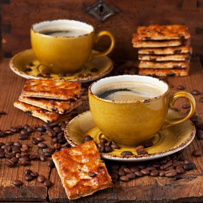 Prima colazione con caffè ed i biscotti fotografia stock libera da diritti