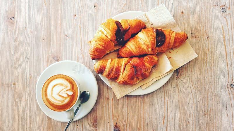 Prima colazione con caffè ed il croissant immagine stock libera da diritti
