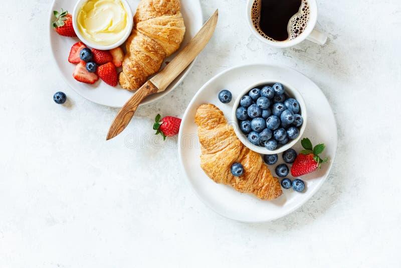 Prima colazione con caffè, le bacche ed il croissant fotografia stock libera da diritti