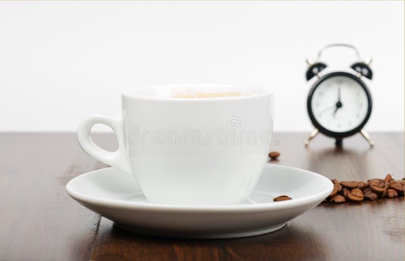 Prima colazione con coffe e la sveglia fotografia stock