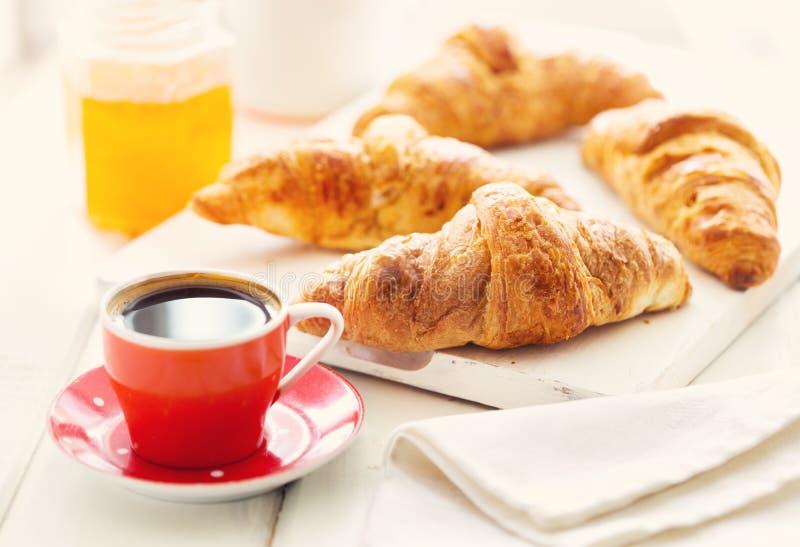 Download Prima Colazione Con I Croissants Ed Il Caffè Fotografia Stock - Immagine di bevanda, alimento: 56876104