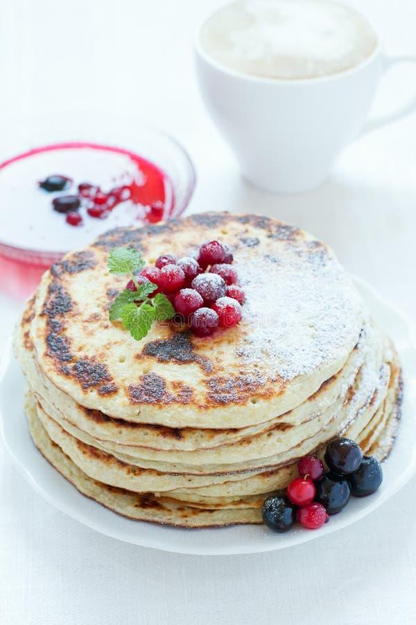 Mucchio dei pancake con le bacche immagine stock libera da diritti