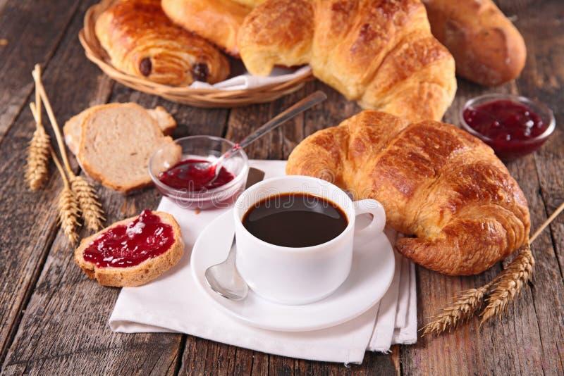 Prima colazione con il croissant, il caffè e l'inceppamento immagine stock