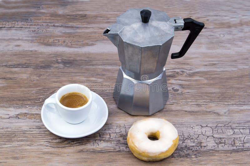 Prima colazione con la ciambella ed il caffè fotografia stock libera da diritti