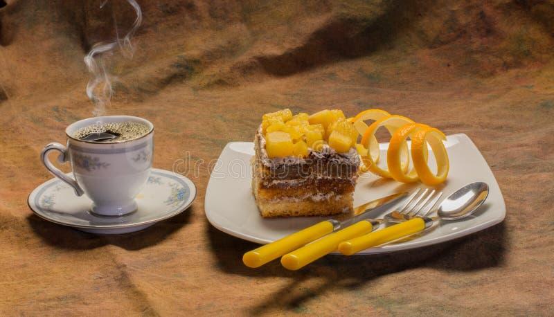 Prima colazione con la tazza di caffè ed il dolce casalingo immagine stock