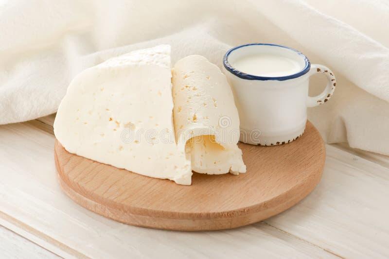 Prima colazione con latte e formaggio a pasta molle immagine stock libera da diritti