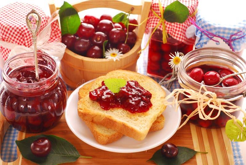 Prima colazione con le conserve della ciliegia immagini stock