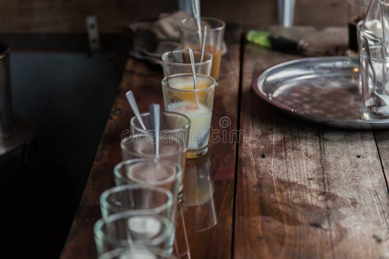 Prima colazione con le uova à la coque ed il caffè d'annata fotografia stock libera da diritti