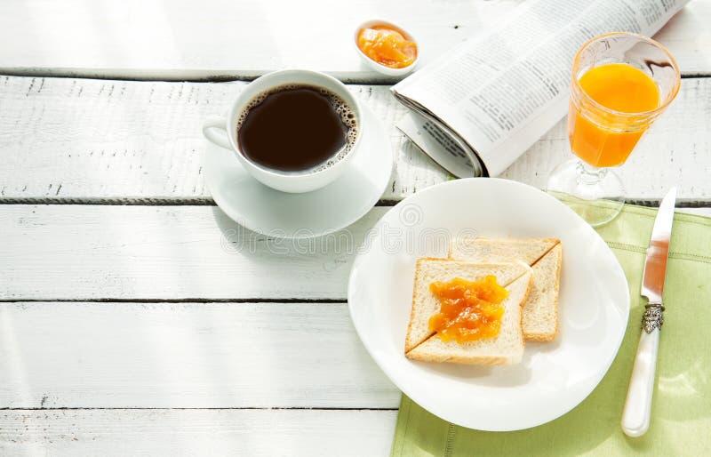 Prima colazione continentale - caffè, succo d'arancia, pane tostato immagini stock libere da diritti
