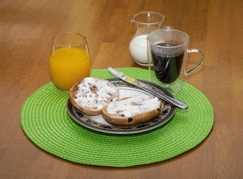 Prima colazione del bagel del mirtillo con le bevande II fotografia stock