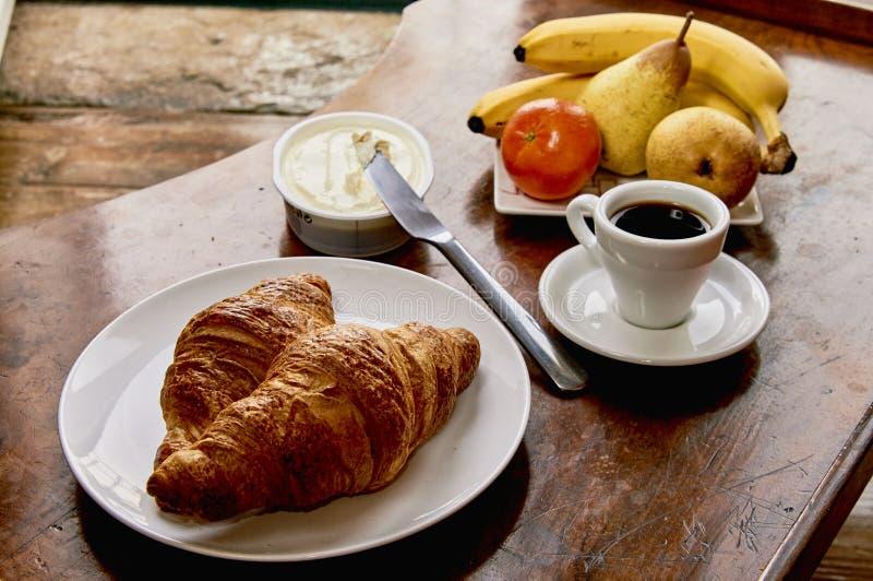 Prima colazione del croissant e del caffè su una tavola di legno d'annata Caffè espresso, formaggio cremoso, del croissant e frut immagine stock