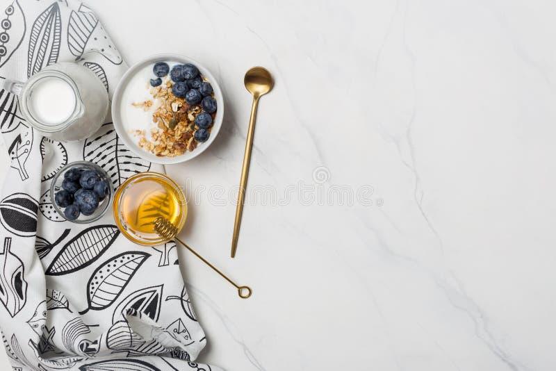 Prima colazione del granola dello spazio libero con miele e le bacche fotografia stock