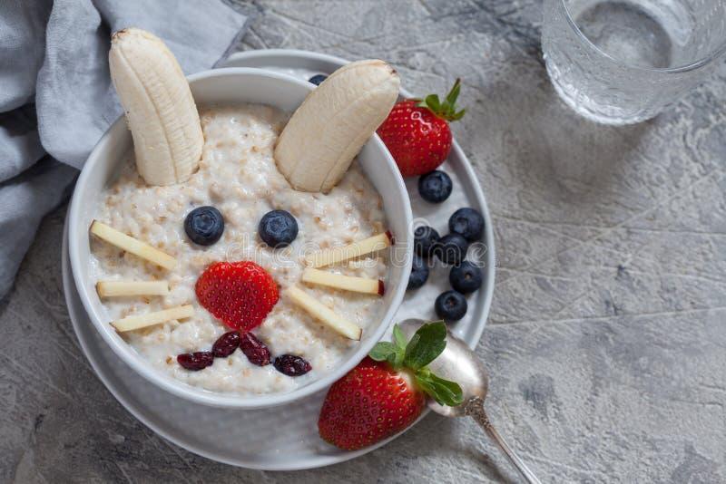 Prima colazione del porridge del coniglio di coniglietto di pasqua, arte dell'alimento per i bambini immagini stock libere da diritti