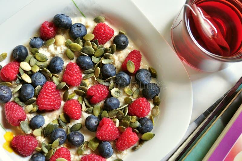 Prima colazione del vegano con le bacche ed il tè fotografie stock