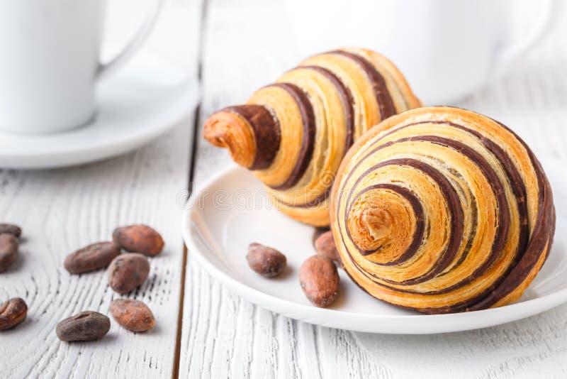 Prima colazione deliziosa con i croissant freschi fotografia stock libera da diritti