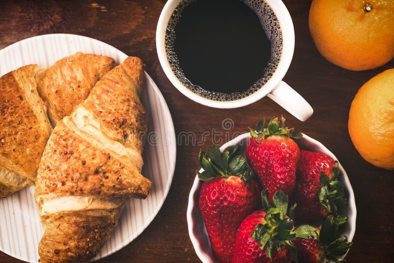 Prima colazione deliziosa con i croissant freschi immagini stock libere da diritti