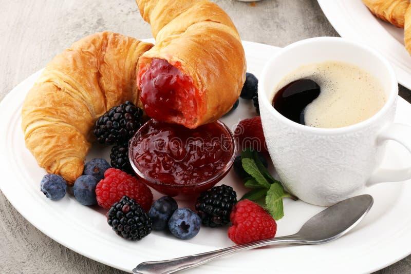 Prima colazione deliziosa con i croissant freschi e bacche mature e J immagini stock libere da diritti