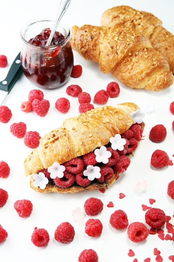 Prima colazione deliziosa con i croissant freschi e le bacche mature fotografia stock