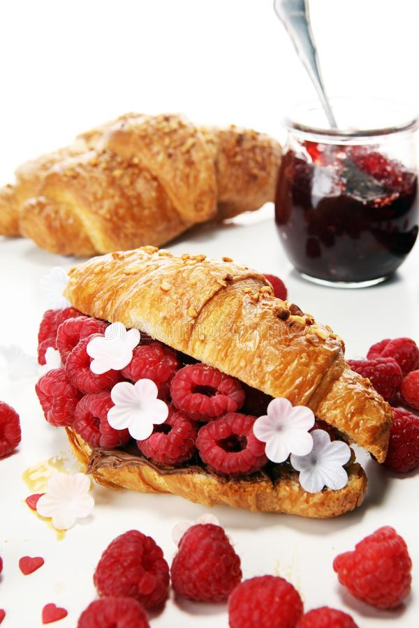 Prima colazione deliziosa con i croissant freschi e le bacche mature immagine stock