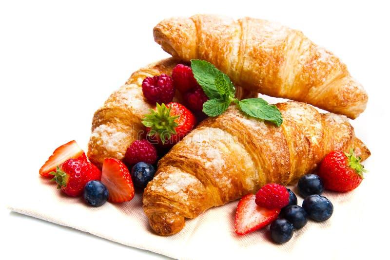 Prima colazione deliziosa con i croissant freschi e le bacche mature fotografia stock libera da diritti