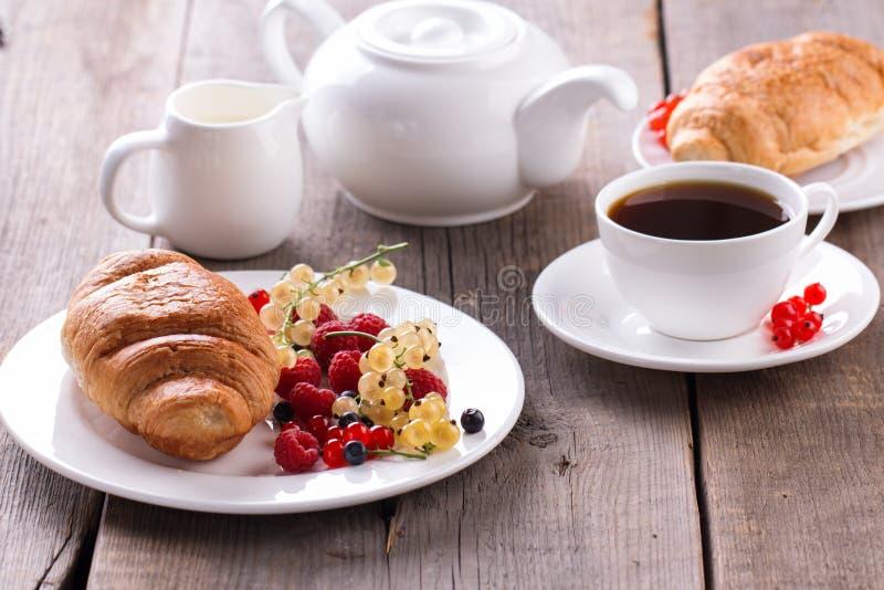 Prima colazione deliziosa con i croissant freschi e le bacche mature immagine stock libera da diritti