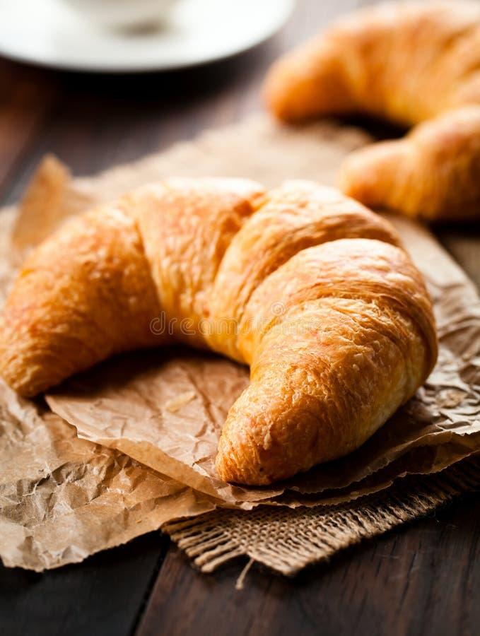 Prima colazione deliziosa con i croissant freschi e le bacche mature su vecchio fondo di legno fotografia stock