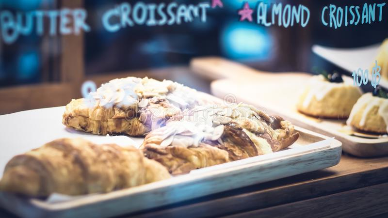 Prima colazione deliziosa con i croissant freschi Negozio di Bekery immagini stock libere da diritti
