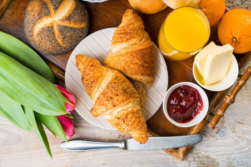 Prima colazione deliziosa con i croissant freschi sulla tavola di legno fotografie stock